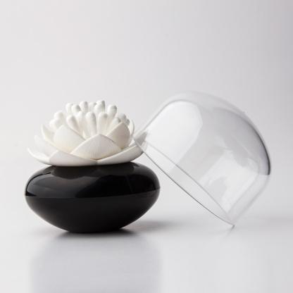Distributeur de coton tige - Lotus blanc et noir  Qualy Design : 13.90 € sur DesignfromParis.com