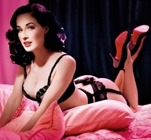 Dita Von Teese en lingerie fine